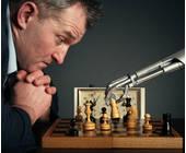Mann spielt Schach gegen KI